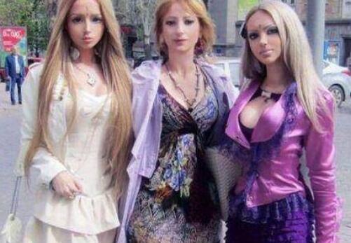 国外母女三人整容成真人芭比 街上时拥有极高的回头率