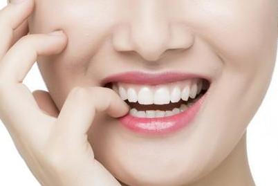 青岛伊美尔国宾整形牙齿种植多少钱 付恩阳让您微笑如花