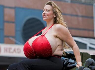 """女模特隆胸后巨乳净重50斤 摇身成为""""头号波霸"""""""